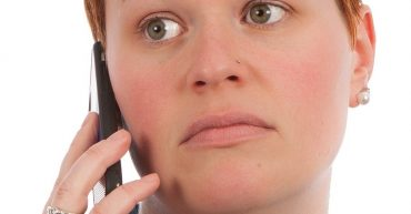 Die Ärztin ist von den vielen Telefonaten gestresst